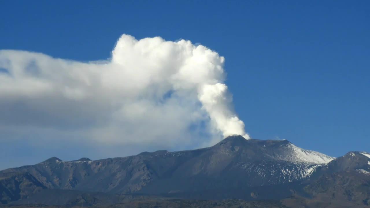 Italy: Mount Etna spews ash after 4.8-magnitude quake *TIMELAPSE*