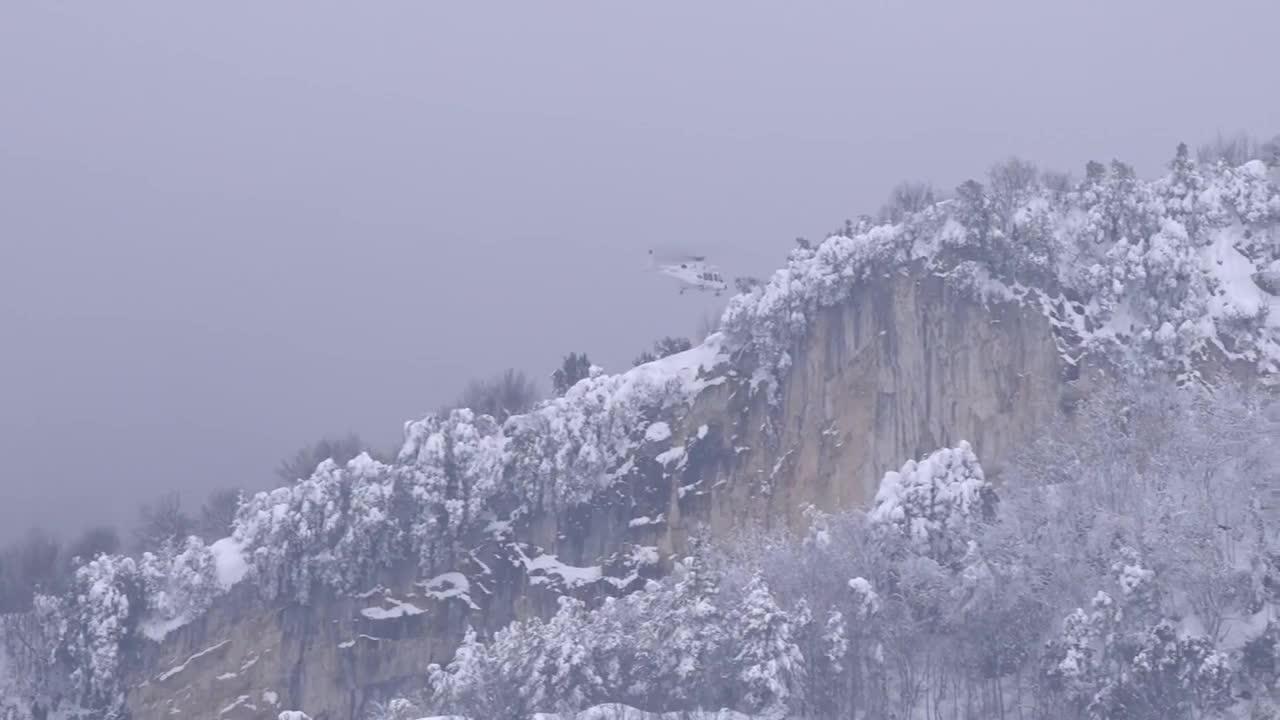 8 оцелели след като лавина затрупа триетажен хотел в Италия