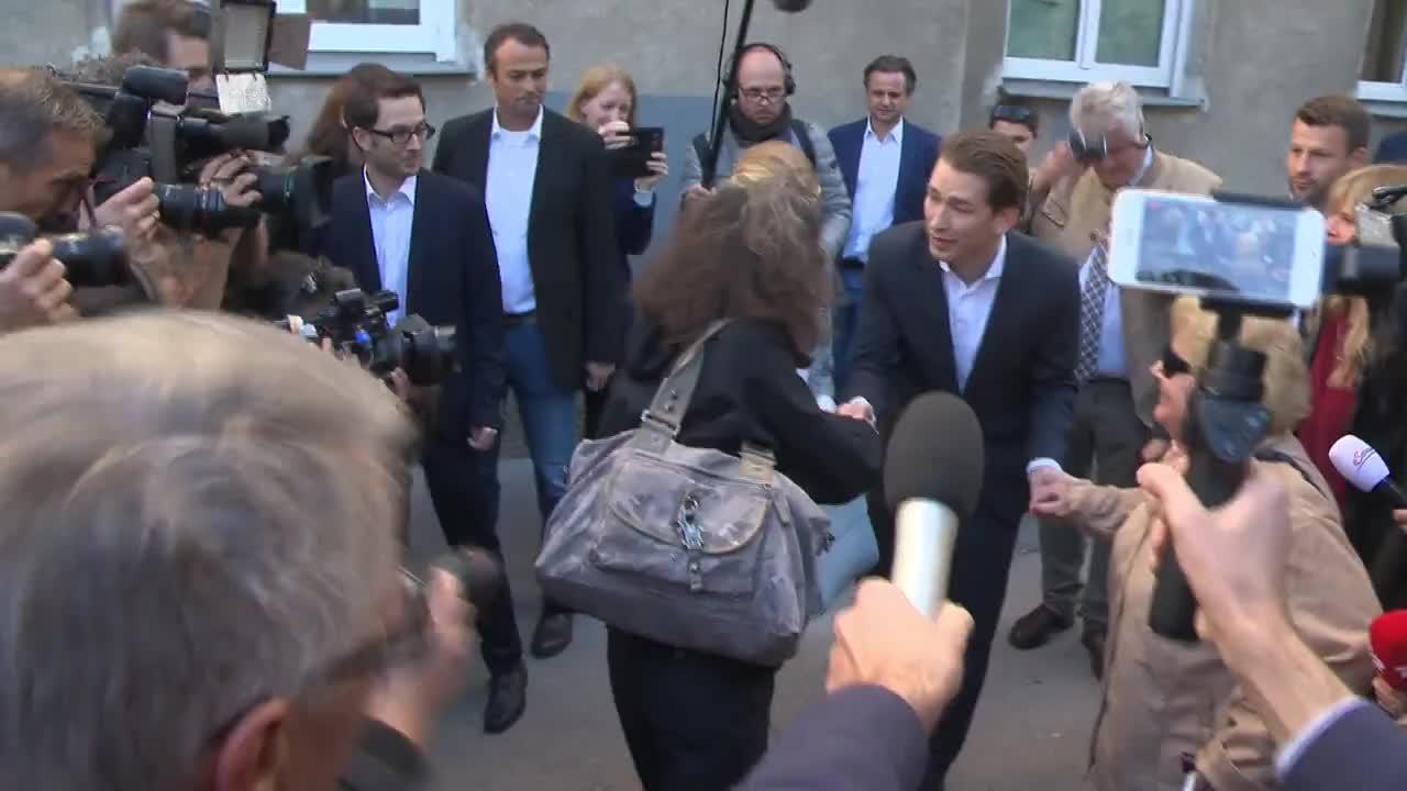 Себастиан Курц и приятелката му пуснаха гласа си на изборите в Австрия