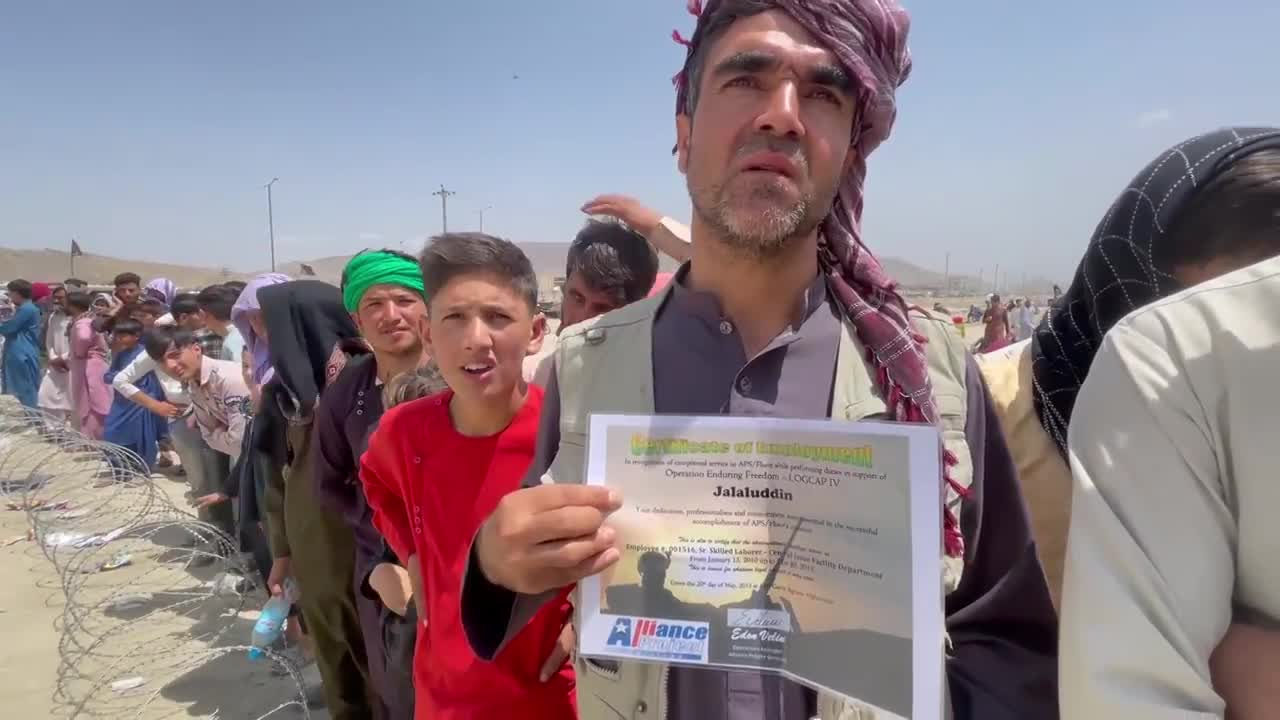 Afghanistan: Hundreds queue outside Kabul airport waiting for evacuation