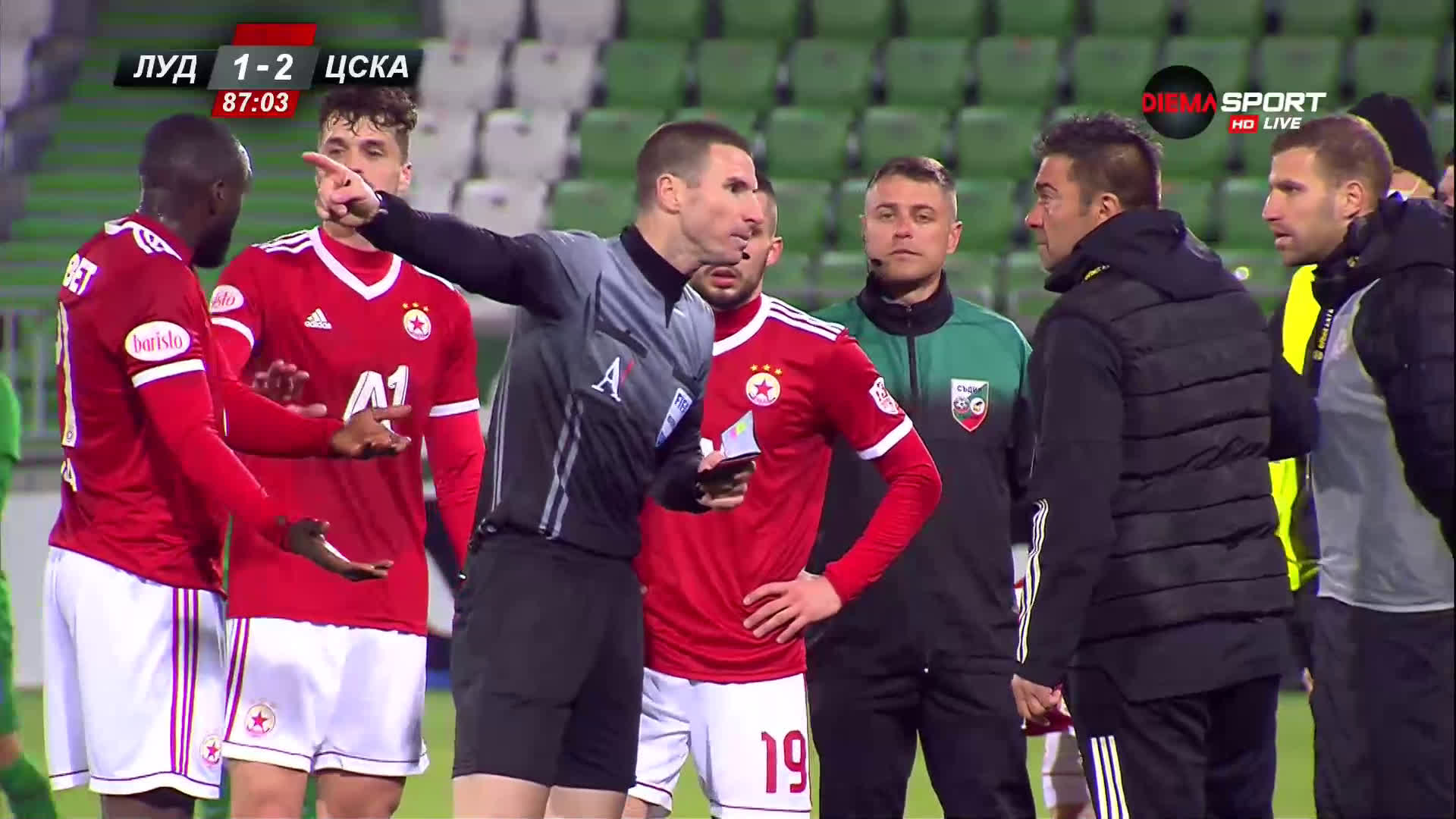 Изгониха Любо Пенев и двама играчи