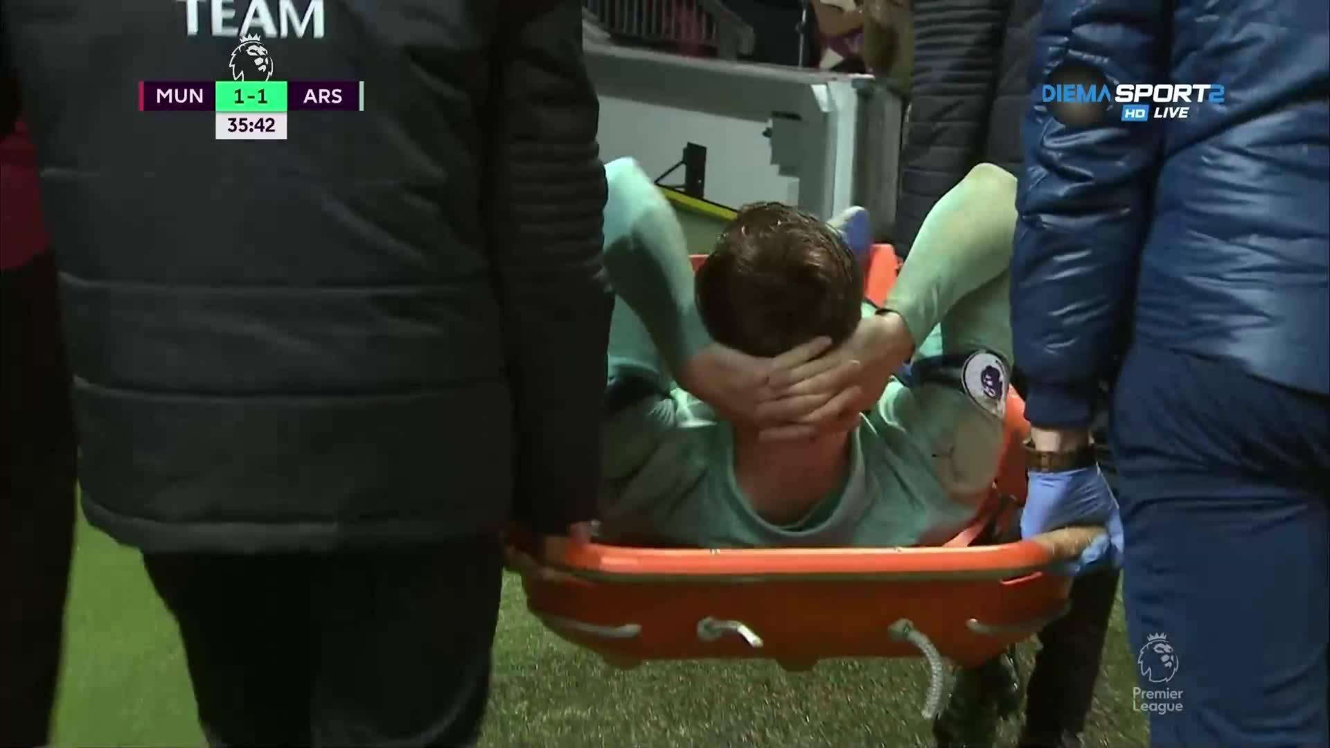 Защитник на Арсенал изнесен на носилка в дербито