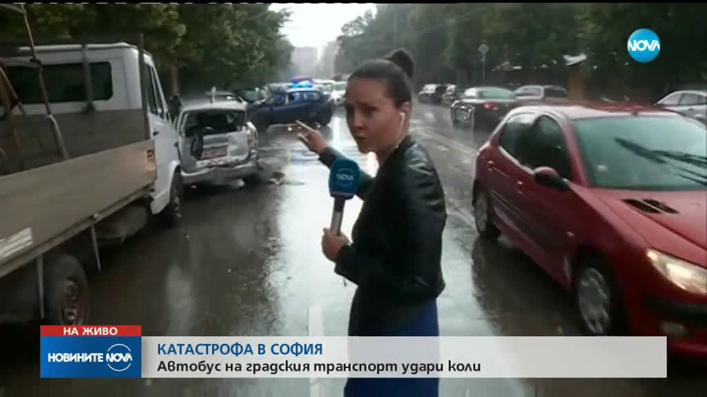 Автобус помете две коли на кръстовище в София (СНИМКИ)