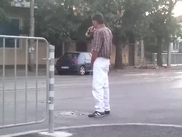 Циганин пикае на пътя