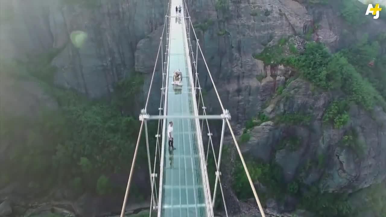 Уникалният Стъклен мост в Китай е отворен