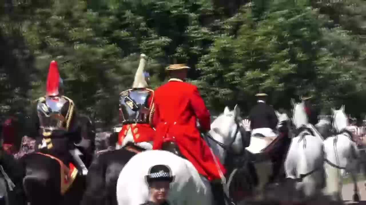 Сватбеното шествие на принц Хари и Меган Маркъл след като се венчаха