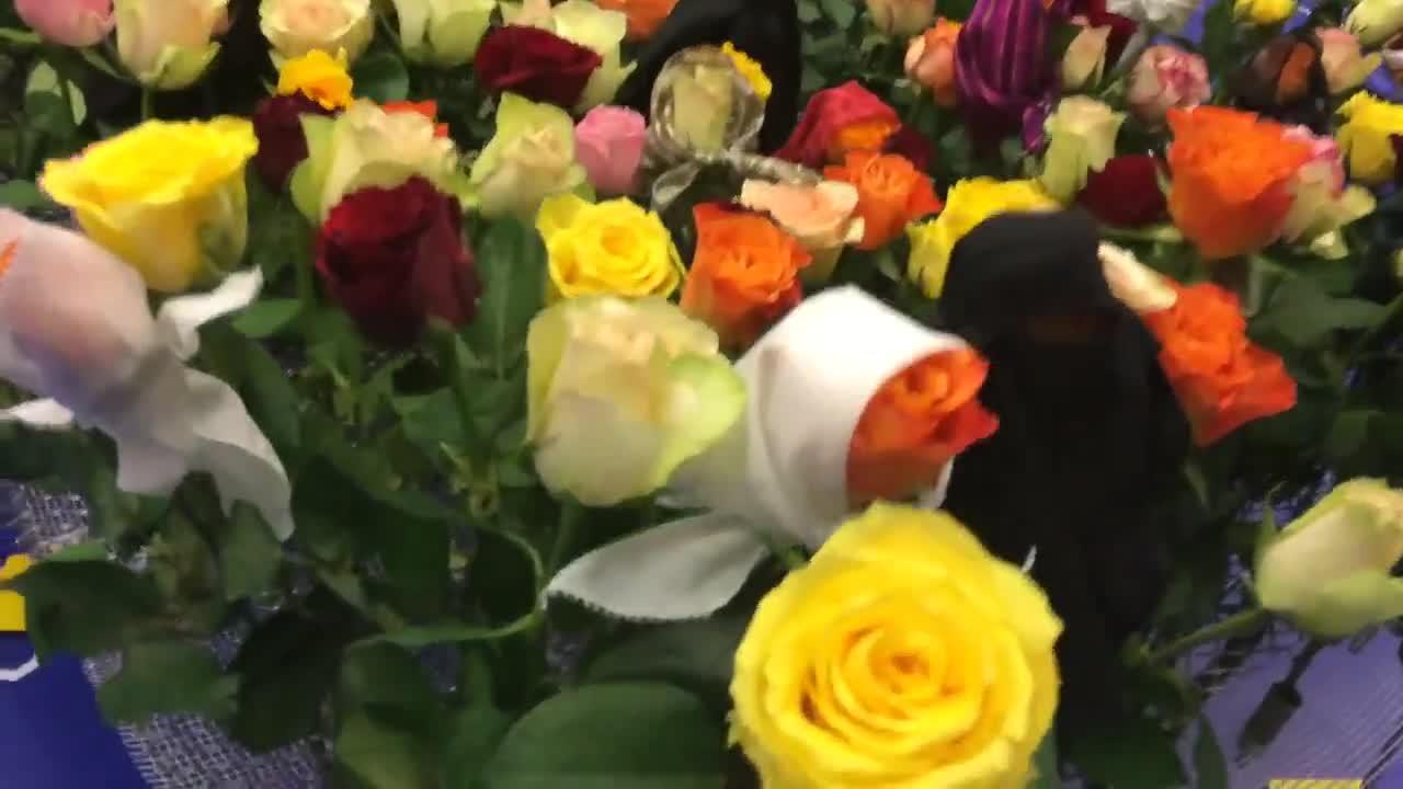 Рози с бурки посрещат в Салона на галериите