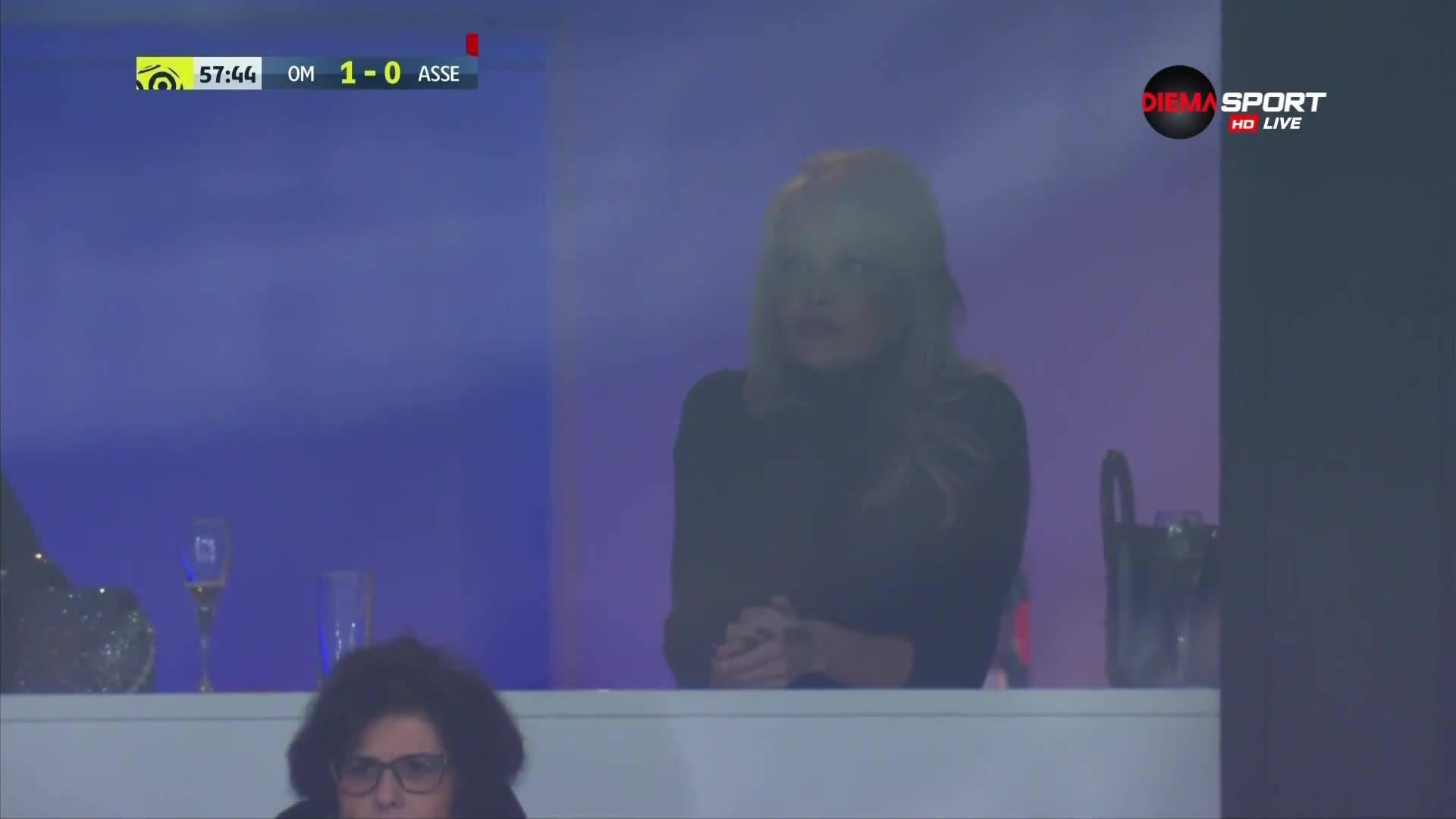 Памела Андерсън гледа Адил Рами