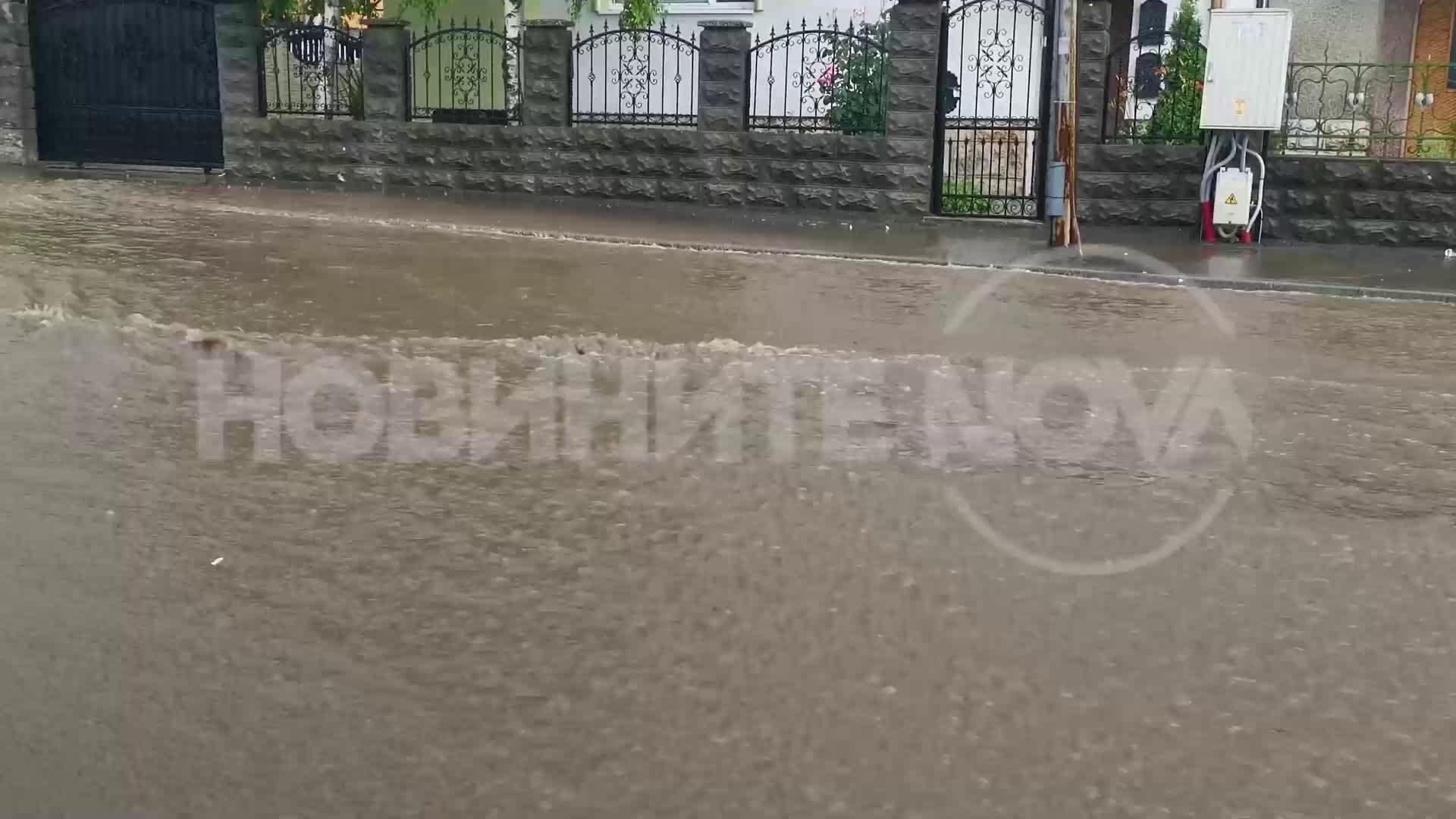 Пороен дъжд отново наводни улици и булеварди в Русе