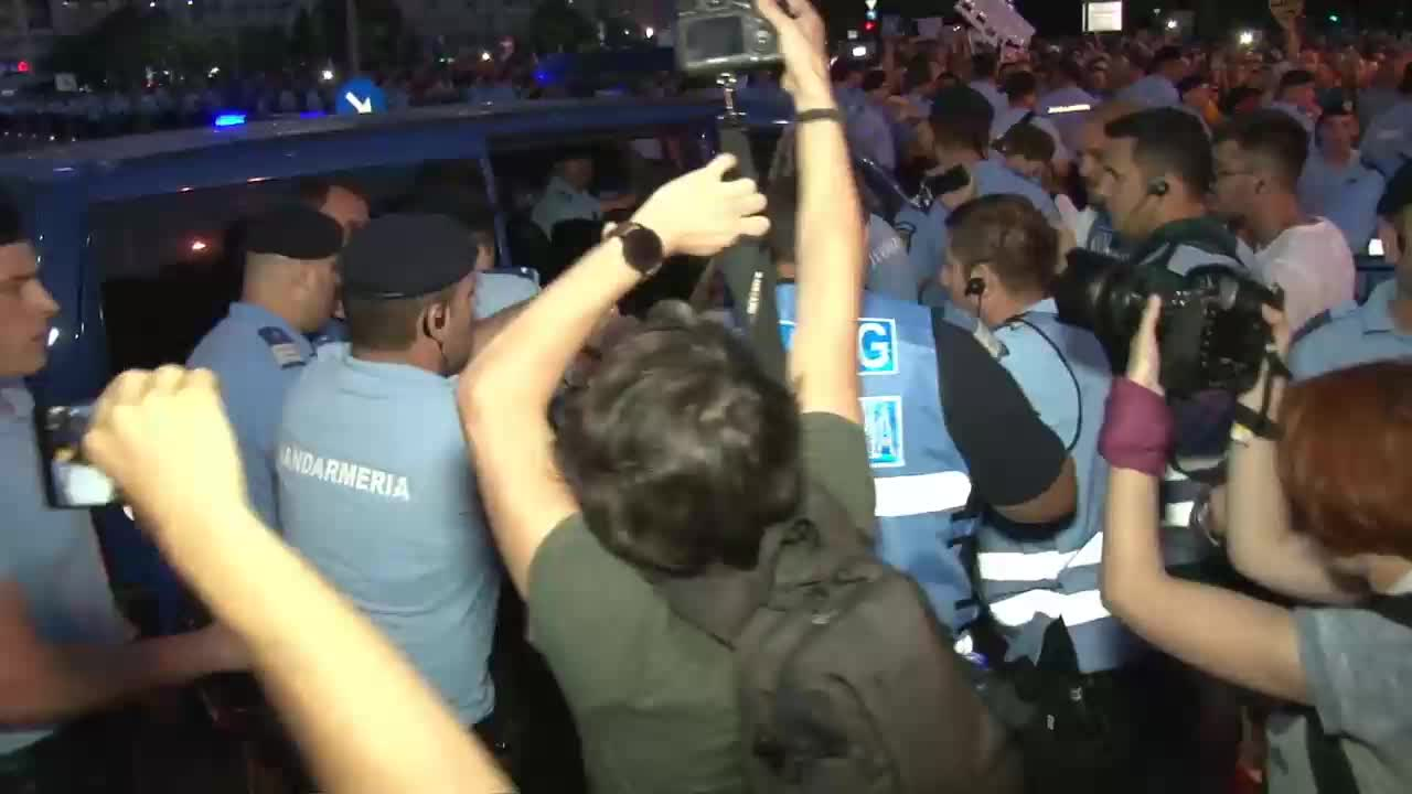Romania: Chaos as police and corruption protesters clash in Bucharest