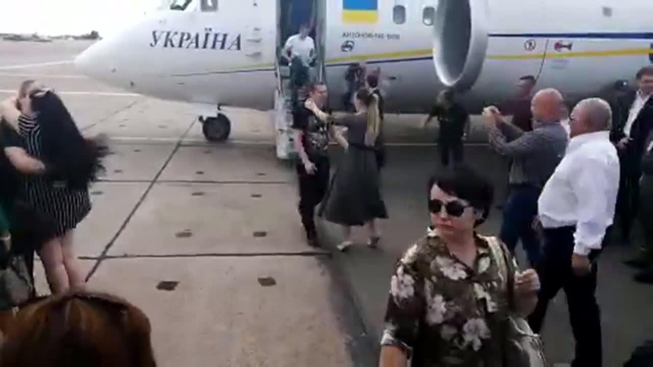 Ukraine: Zelenskiy welcomes exchanged prisoners after disembarkment in Kiev airport