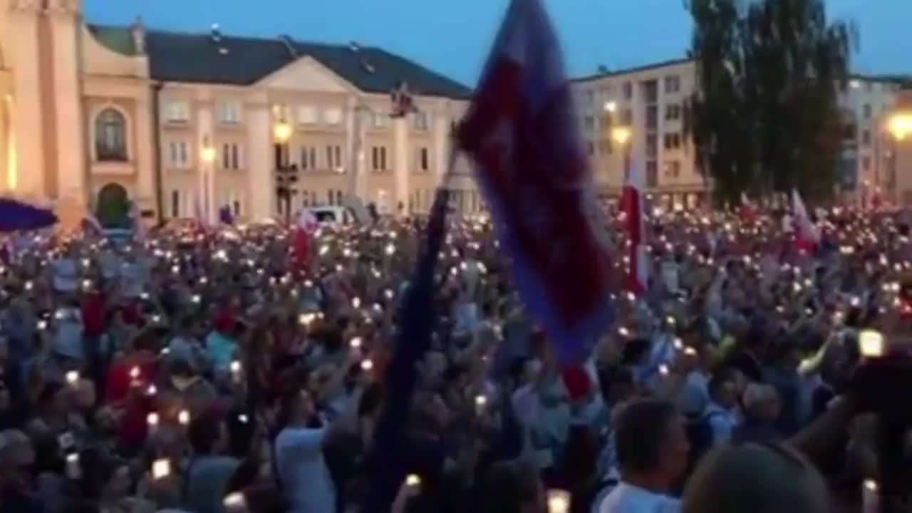 Poland: Protesters hold candles aloft and sing 'Imagine' at judicial bill rally