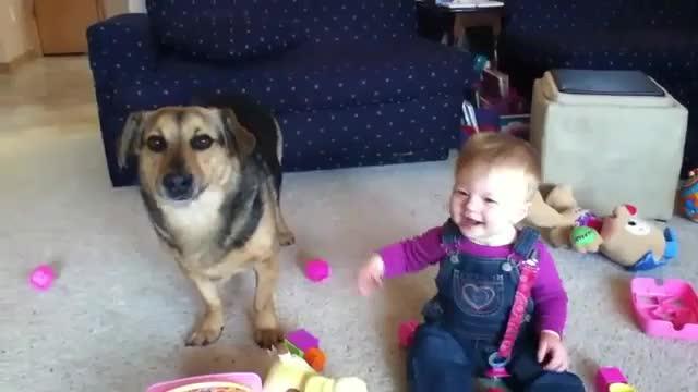 Това бебе ще се гръмне от смях