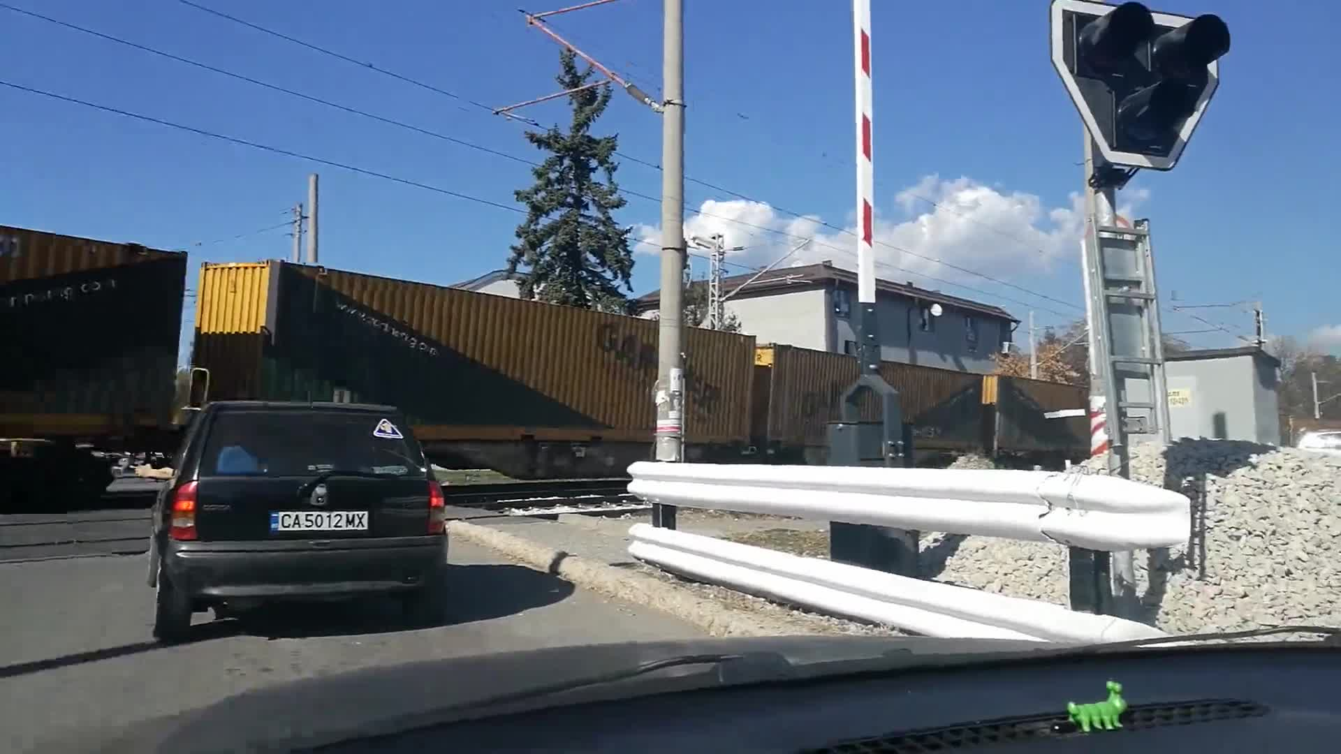 Влак преминава на вдигната бариера през Нови Искър