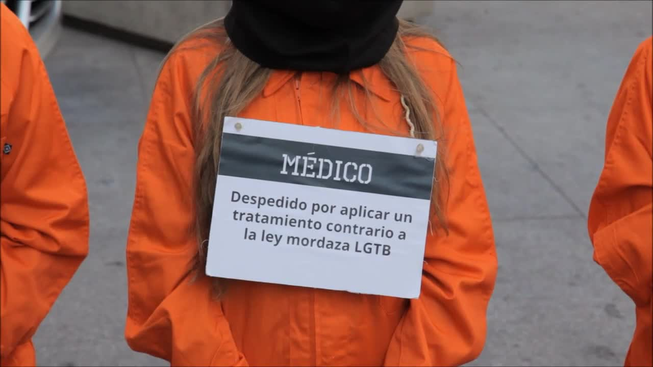 Spain: Anti-transgender protesters don IS hostage jumpsuits in rally against gender equality bill