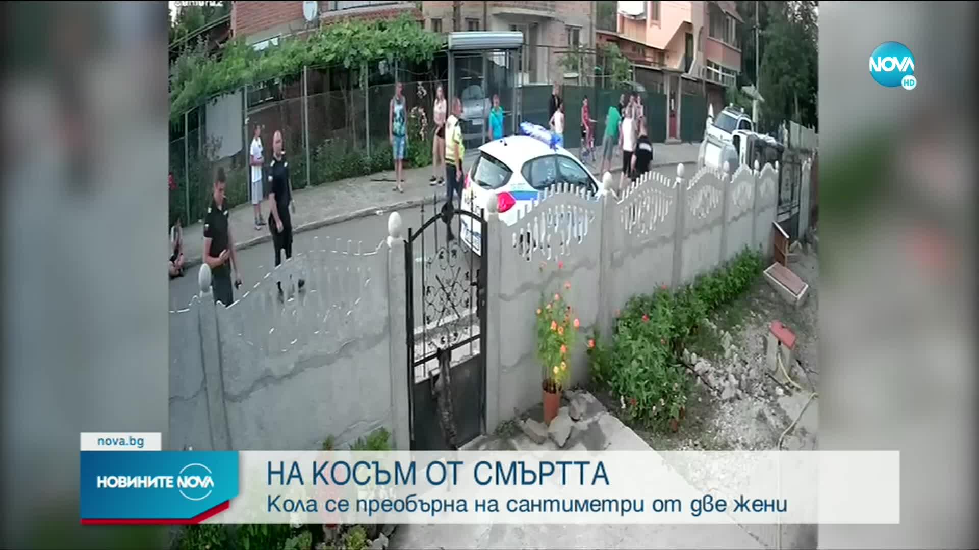 НА КОСЪМ ОТ СМЪРТТА: Кола се преобърна в Бургас на метри от пешеходци