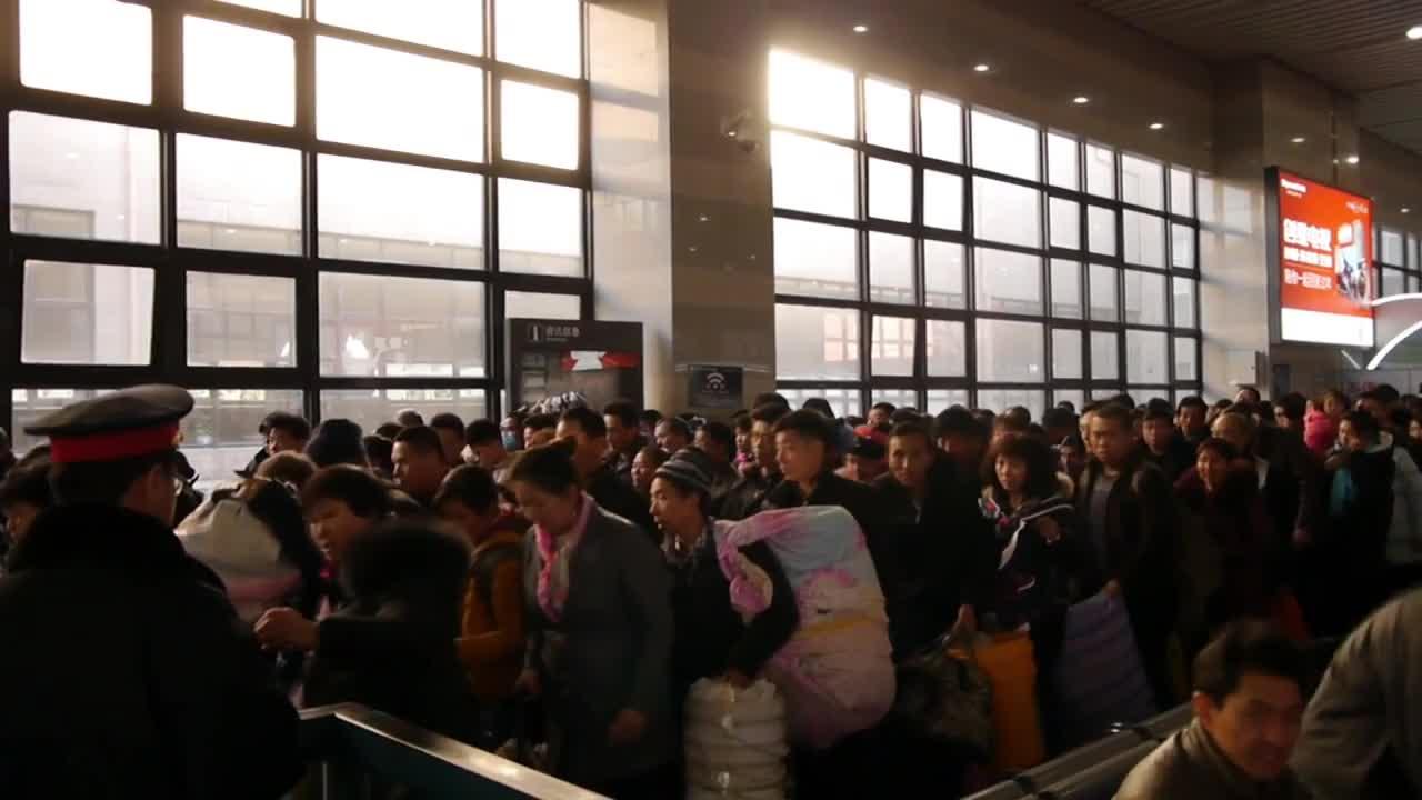 """Китайците """"окупираха"""" летища и гари, пътуват за Китайската нова година"""