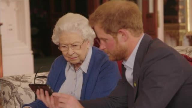 Видео с кралица Елизабет, принц Хари и семейство Обама – в мрежата