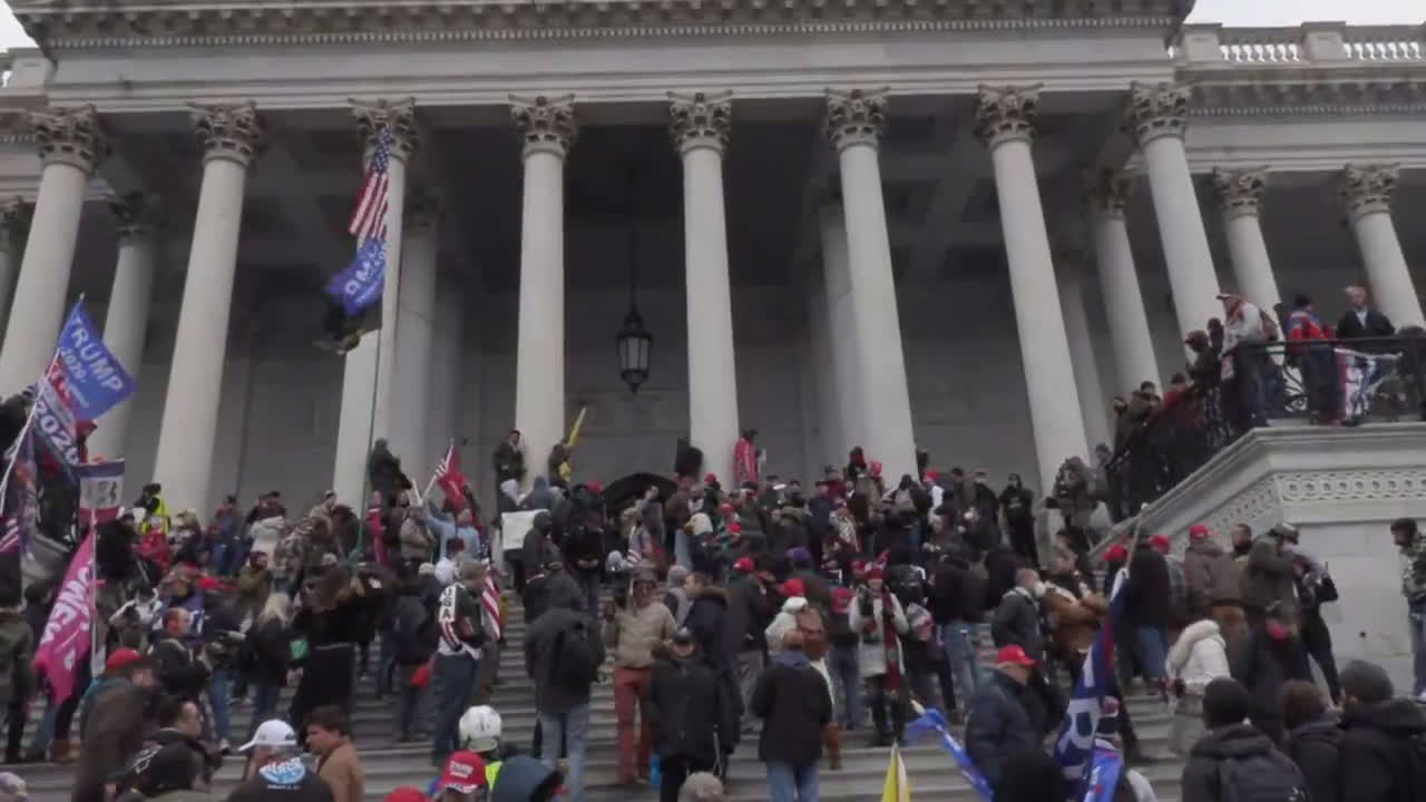 USA: Chaos in DC as pro-Trump protesters break into Capitol building