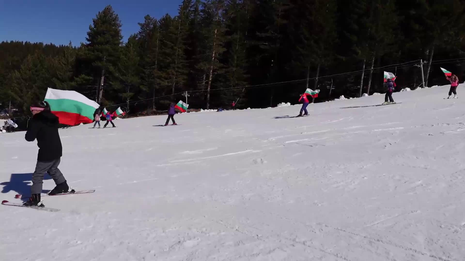 Млади планинари се спуснаха с националния флаг в подножието на Мальовица