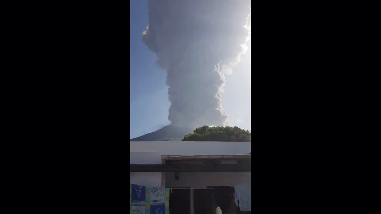 Italy: Hiker dead after volcano on Stromboli dramatically erupts
