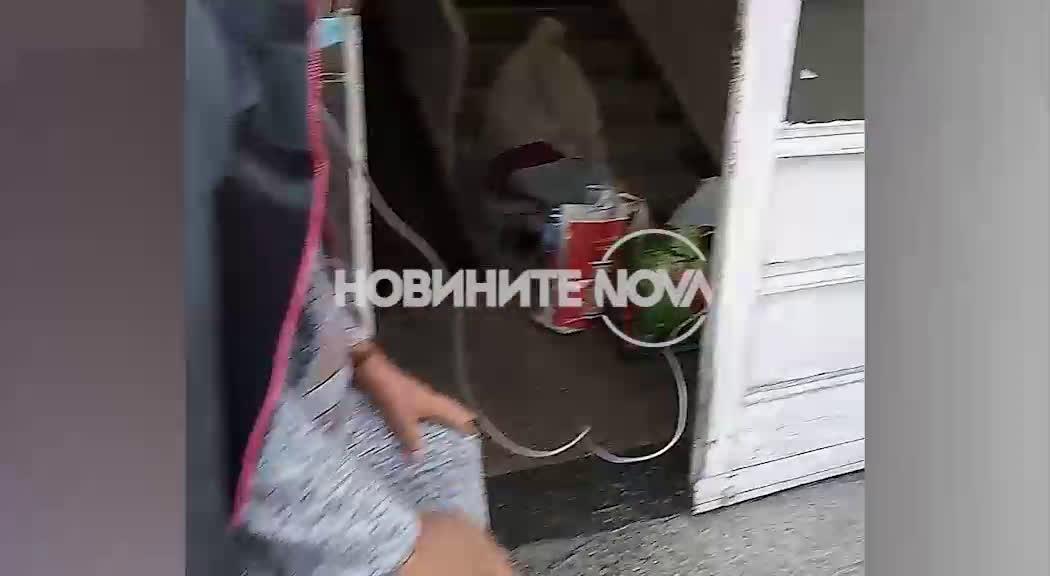 """ОТ """"МОЯТА НОВИНА"""": Пациенти с COVID-19 стоят на стълби пред болница с кислородни маски"""