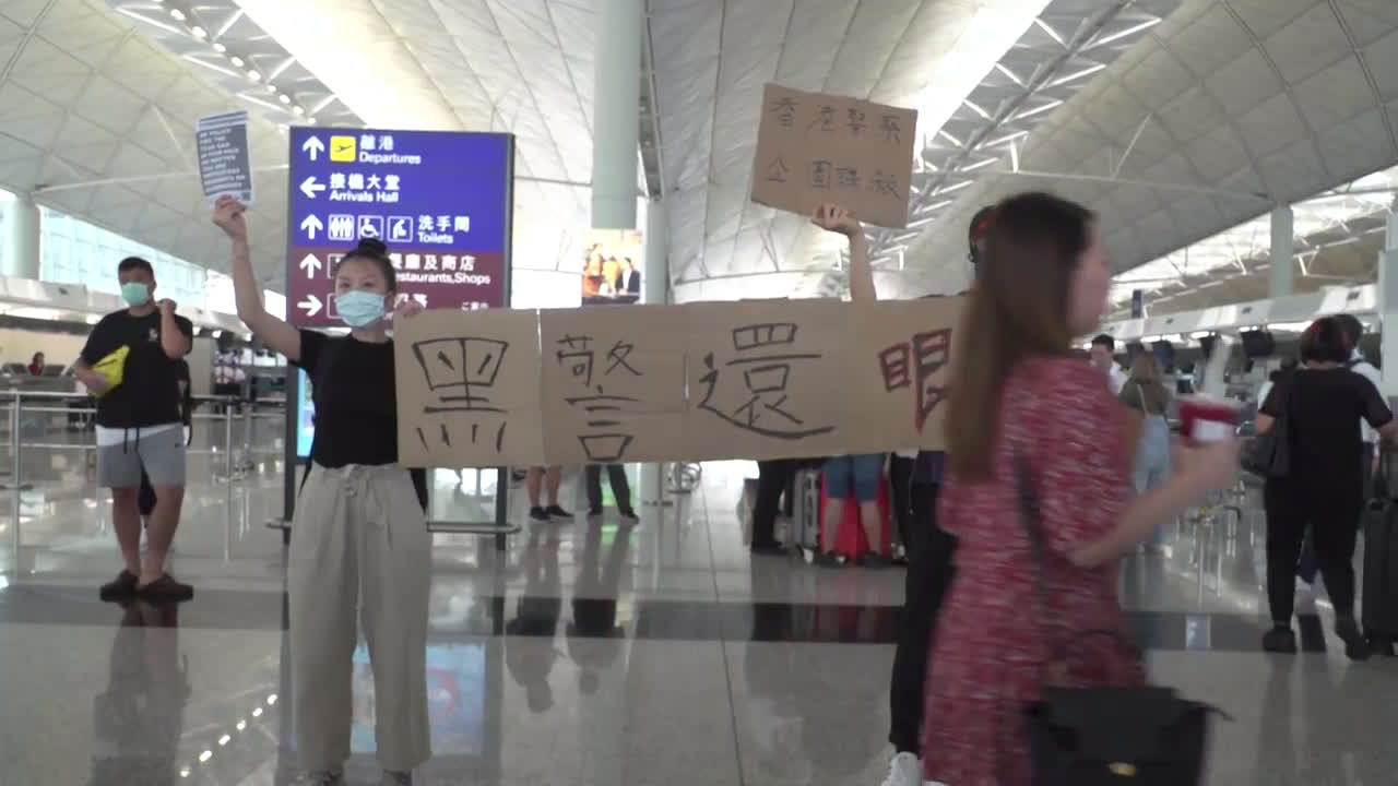 Hong Kong: Flights grounded as thousands protest in arrivals\' terminal