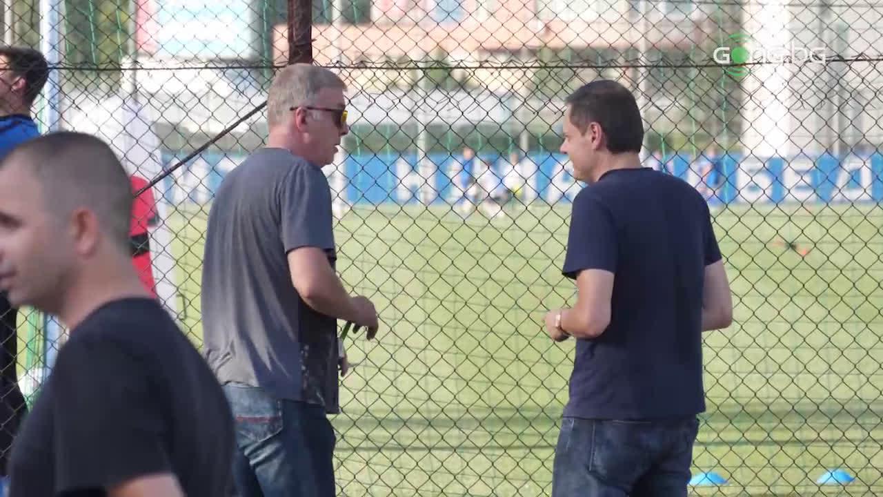Наско Сираков гледа тренировката на Левски