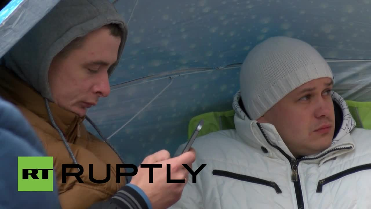 German: Russian iPhone enthusiasts CAMP outside Berlin Apple shop for i6S launch
