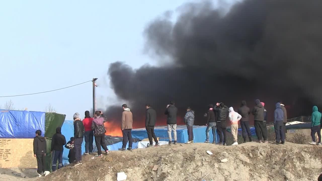 Пожар бушува и съдава паника в бежански лагер във Франция