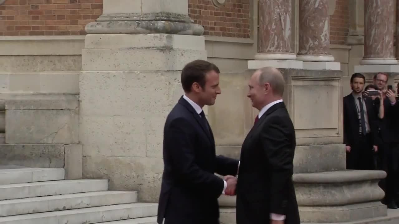 Макрон посрещна Путин в двореца Версай
