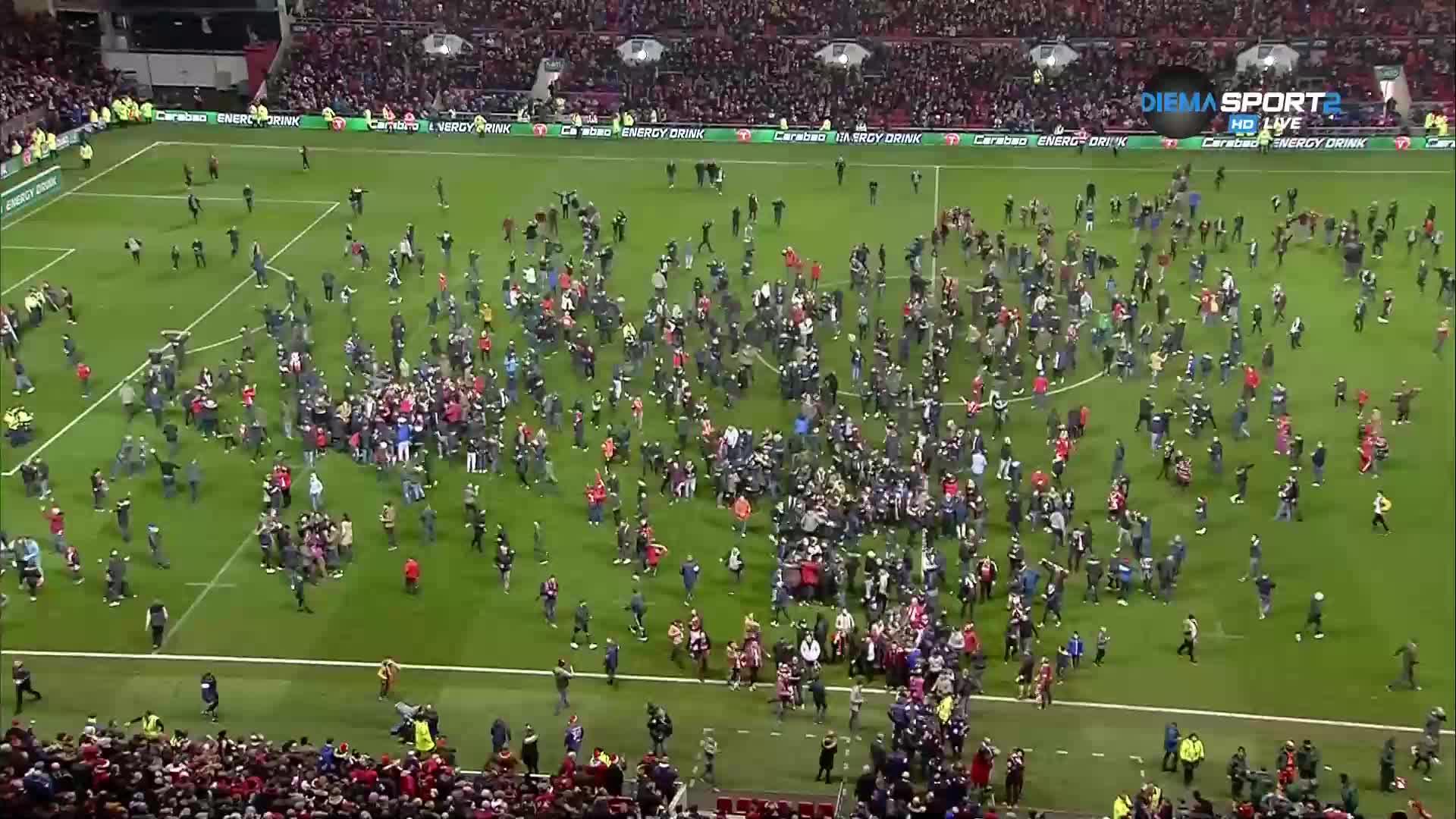 Бурна радост и нахлуване на стадиона на Бристол