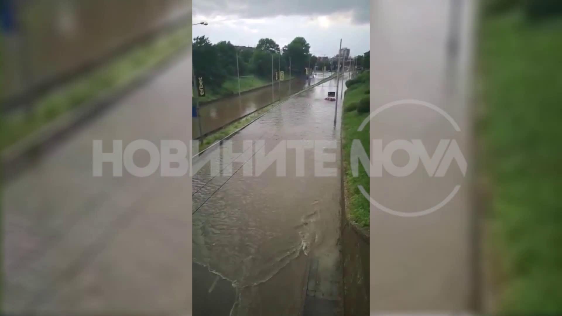 Проливен дъжд наводни основни булеварди в Русе