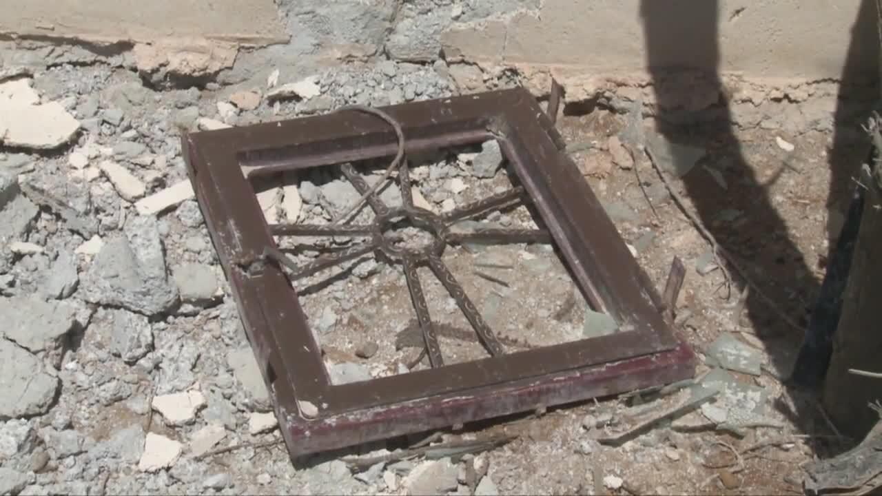 Кости на светци стърчат под руините в Сирия
