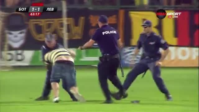 Фен на Ботев нахлу на терена след гола на Неделев