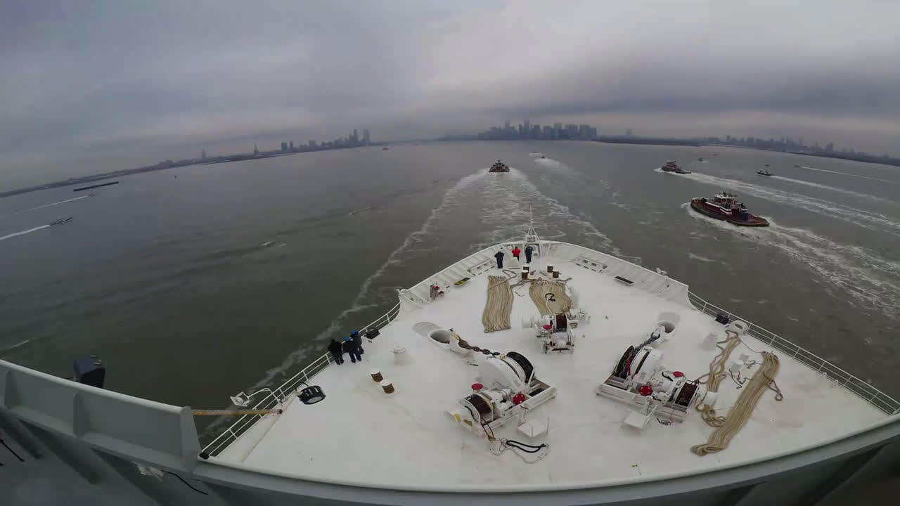 USA: Army hospital ship docks to support New York City amid coronavirus outbreak *TIMELAPSE*