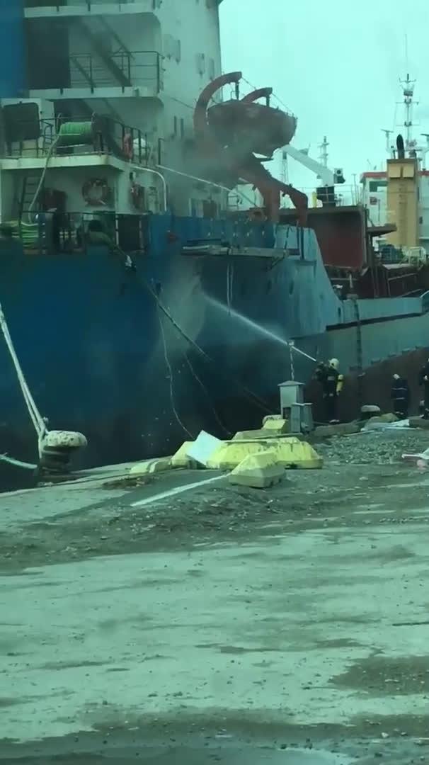 Пожар в кораб на пристанището в Бургас