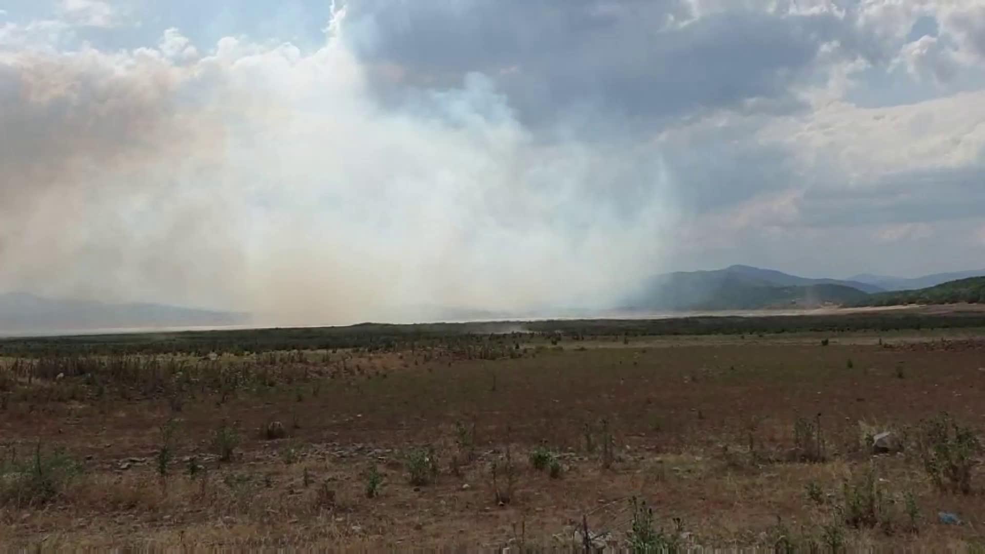 """Пожар гори до потопената църква на язовир """"Жребчево"""""""
