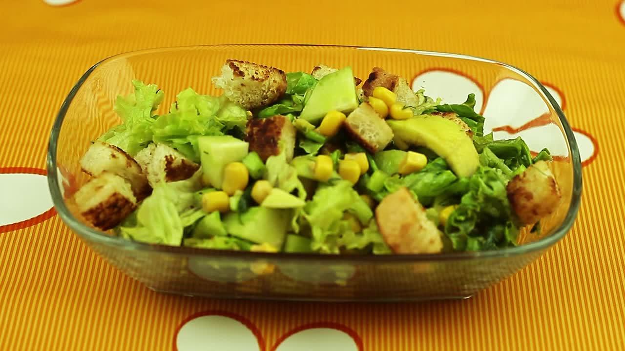Сочна зелена салата с авокадо