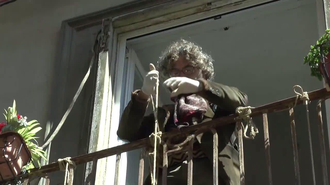 Italy: Neapolitan supplies needy using baskets from his balcony during COVID-19 lockdown