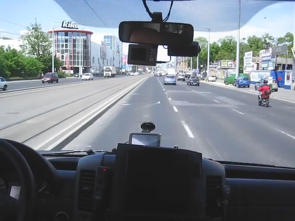 Унгарски шофьор на линейка заснема с камера по какъв начин се кара в спешен случай