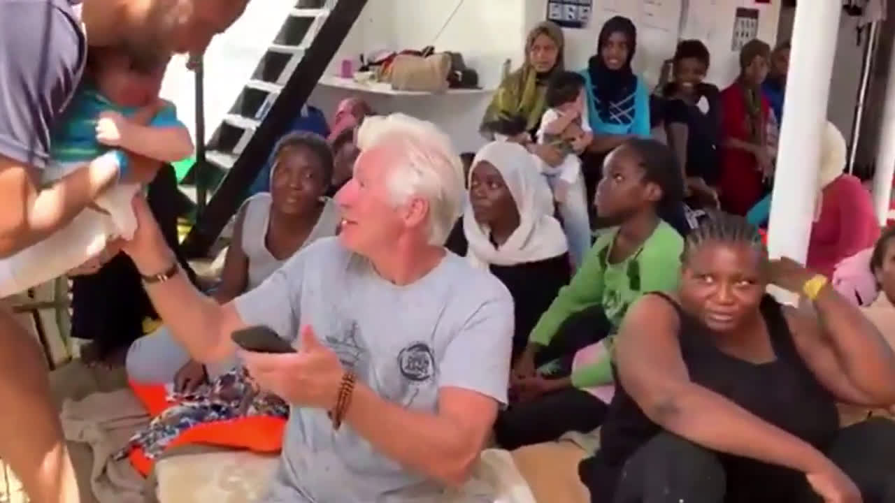 Italy: Richard Gere visits migrants on rescue ship near Lampedusa