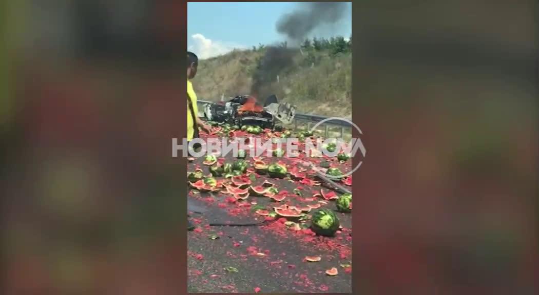 """Десетки дини се изсипаха на пътя при катастрофа на магистрала \""""Марица\"""""""