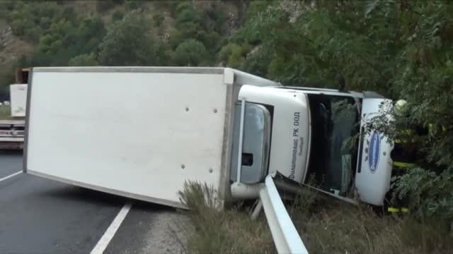 Кола се удари челно в камион край Кресна
