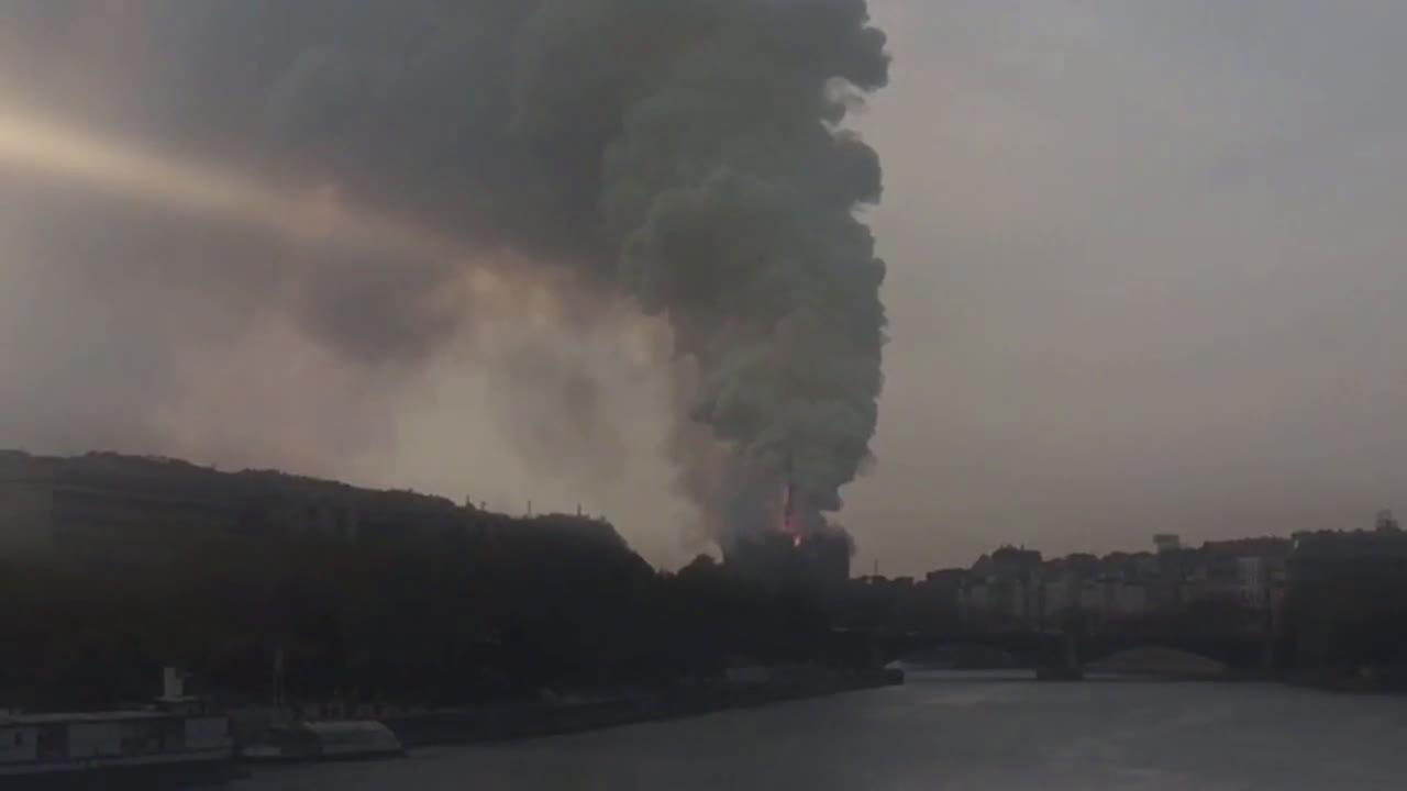 Франция: Огромни пламъци в катедралата Нотр Дам