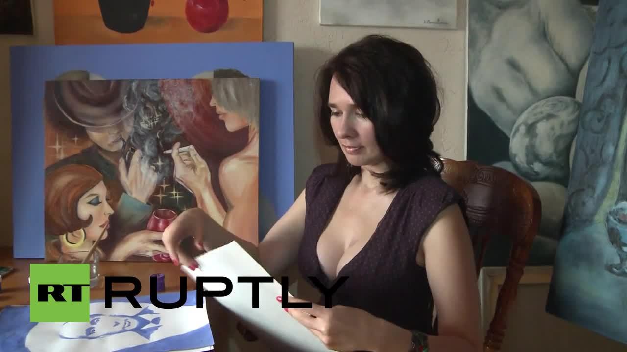 Художничка рисува потрети на Путин и Медведев с гърдите си