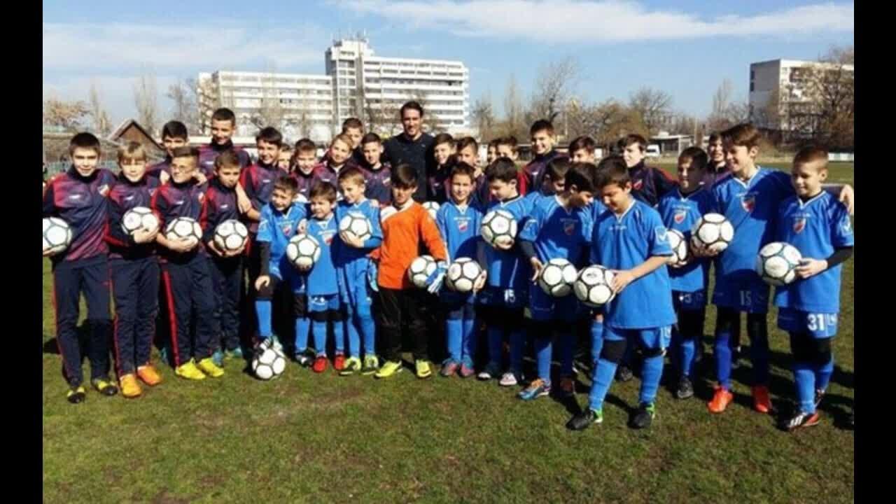 Ивелин Попов дари футболни топки на детски школи и пожела: Следвайте мечтите си