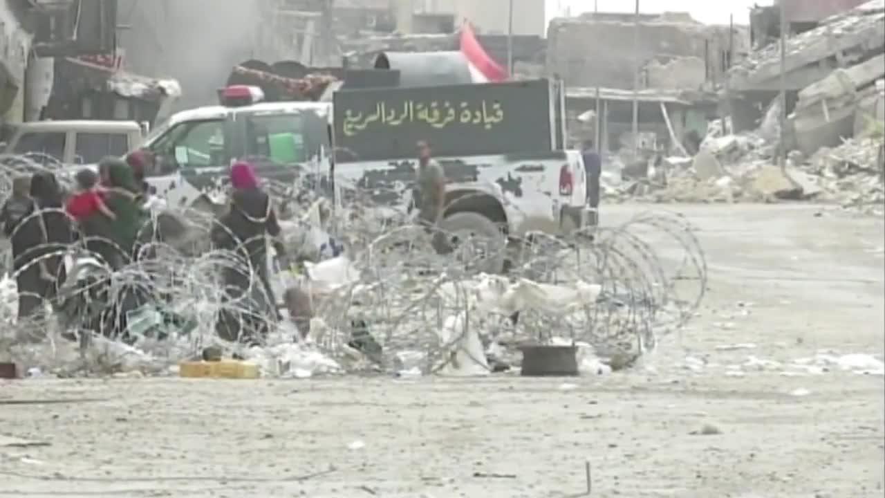 """Иракски военни свалят флагове на """"Ислямска държава"""" в Мосул"""