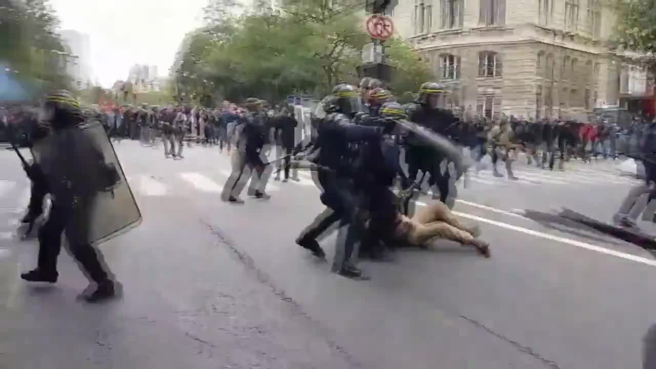 France: Police water cannon drenches anti-labour reform demo in Paris