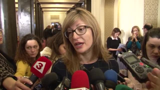 """Захариева: Референдумът да бъде """"за"""" или """"против"""" домашното насилие"""